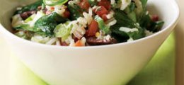 Ensalada de arroz integral con espinacas y piñones